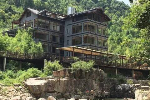 临安太湖源新开的这家民宿,据说拥有豪华的天然泳池!